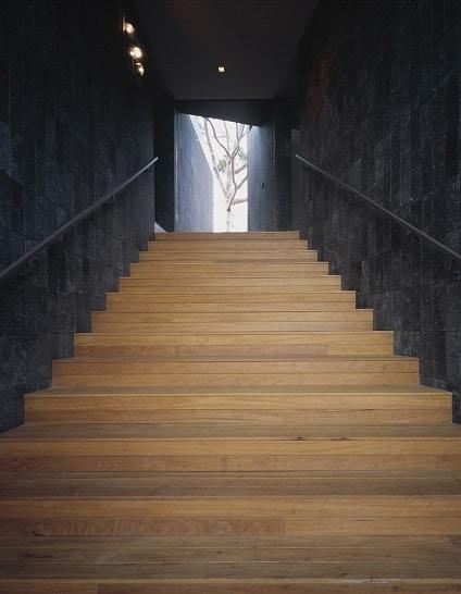 светло-стълбище-с-тъмни-стени